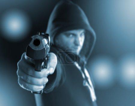 Photo pour Gangster grave vise une arme à feu pour vous. tonique en bleu - image libre de droit