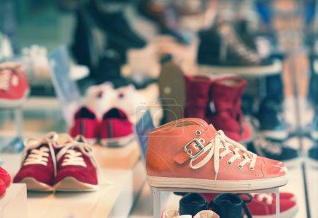 Photo pour Chaussures tout nouveau sur Affichage - image libre de droit