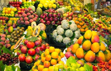 Photo pour Abondance de fruits au marché local - image libre de droit