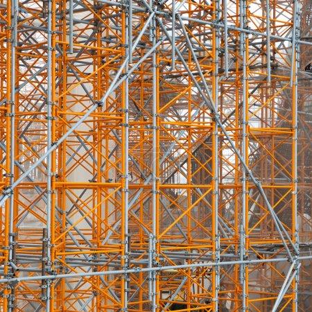 Photo pour Site de construction - échafaudage autour d'un nouveau bâtiment - image libre de droit