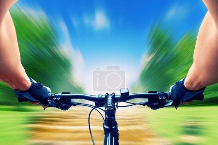 Photo pour Homme sur un vélo très rapide, flou de mouvement - image libre de droit