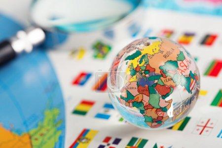 globe de verre sur les drapeaux