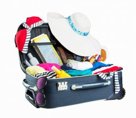Photo pour Ouvre la valise pleine de vêtements. Prêt pour les vacances. Isolé sur blanc - image libre de droit