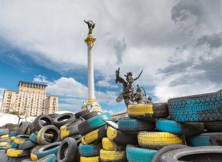 Photo pour Pneus coloré de Kiev, ukraine, le monument de berehynia - image libre de droit