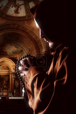 Photo pour Prêcher le moine médiéval en robe à l'église - image libre de droit