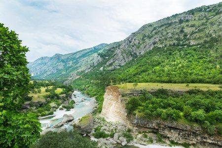 Photo pour Paysage montagneux et vert du Monténégro - image libre de droit
