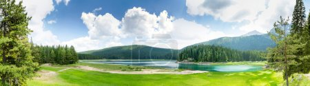 Photo pour Belle vue sur le lac Crno Jezero, Monténégro. Belle journée d'été - image libre de droit