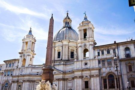 Photo pour Sant'Agnese à Agnone et la monumentale Fontana dei Fiumi du Bernin à Rome . - image libre de droit