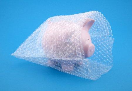 Sparschwein in Luftpolsterfolie, schützen Sie Ihr Geld