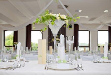 Photo pour Table de mariage bouquet de roses - image libre de droit