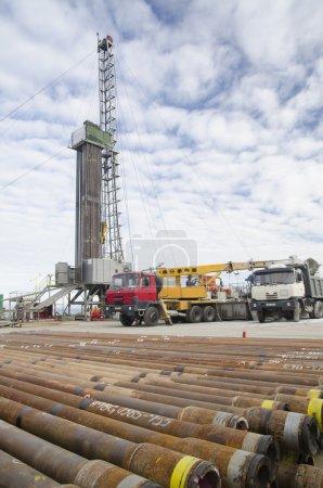 Photo pour Appareil mobile de forage pétrolier pendant la prospection - image libre de droit