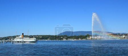 Photo pour Fontaine à eau avec arc-en-ciel et vieux bateau à vapeur sur le lac de Genève par belle journée d'été, Genève, Suisse - image libre de droit