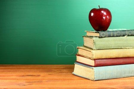 Photo pour Espace de copie pour les manuels scolaires et apple avec tableau noir - image libre de droit