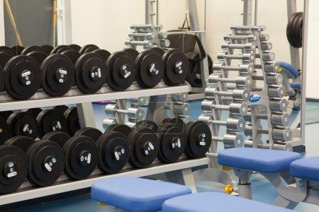 Photo pour Intérieur d'une salle de gym moderne dans un centre de fitness - image libre de droit