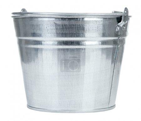 Foto de Cubo de metal vacío aislado sobre fondo blanco - Imagen libre de derechos