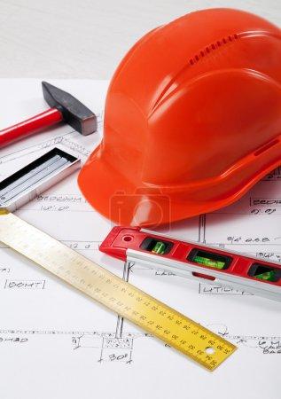 Photo pour Outils de construction sur un plan directeur - image libre de droit