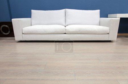 Foto de Sofá moderno en un interior - Imagen libre de derechos