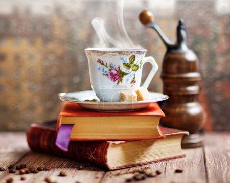 Photo pour Vapeur tasse de café sur un fond de fenêtre jour de pluie - image libre de droit