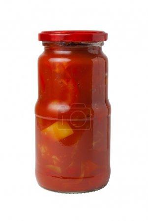 Foto de Tarro de cristal transparente cerrado con Lecho enlatado (búlgaros pimientos en salsa de tomate) aislado sobre fondo blanco - Imagen libre de derechos