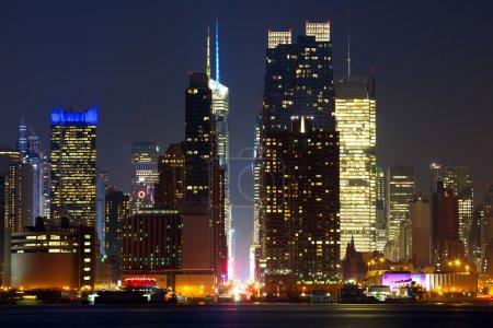 Photo pour Gratte-ciel de Manhattan à la recherche de l'est le long de la 42e rue à la tombée de la nuit, new york city - image libre de droit