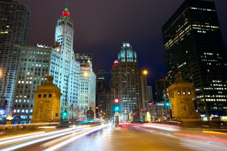 Photo pour Michigan Avenue Bridge and Magnificent Mile avec trafic la nuit, Chicago, IL, USA - image libre de droit