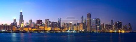 Photo pour Downtown chicago dans le lac michigan, au coucher du soleil, il, é.-u. - image libre de droit