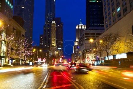 Photo pour Michigan Avenue et Magnificent Mile avec trafic la nuit, Chicago, IL, USA - image libre de droit