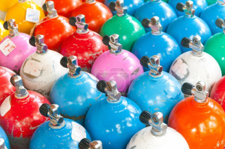 Photo pour Bouteilles de plongée colorée - image libre de droit