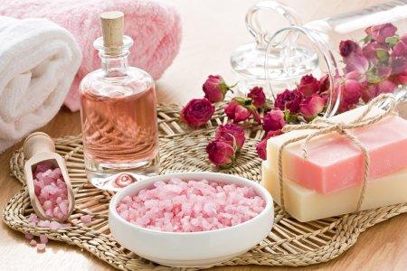 Photo pour Ensemble de soins SPA avec sel de mer, huile d'arôme de rose et savon - image libre de droit