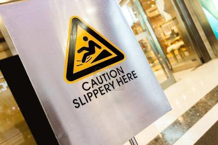 Photo pour Panneau avertisseur au magasin - image libre de droit