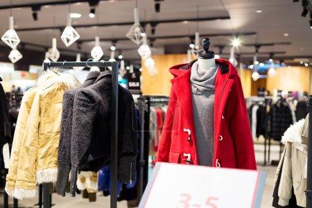 Photo pour Intérieur du magasin de vêtements de mode - image libre de droit