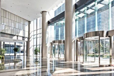 Photo pour Salle vide dans l'immeuble de bureaux moderne. - image libre de droit