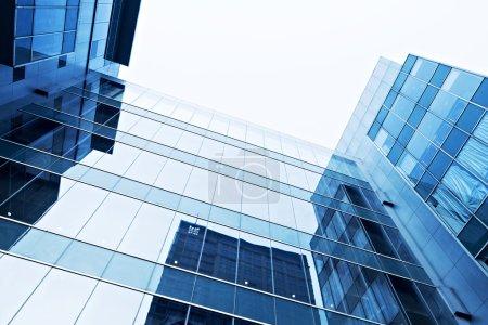 Photo pour Silhouettes modernes en verre des gratte-ciel de la ville - image libre de droit