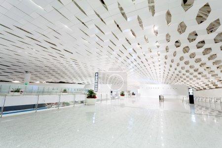 Photo pour Salle blanche à l'aéroport - image libre de droit