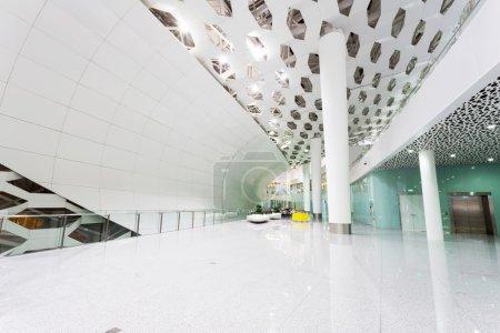 Photo pour Intérieur de bâtiment de l'aéroport international - image libre de droit