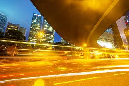 Photo pour Sentiers lumineux sur le bâtiment moderne - image libre de droit