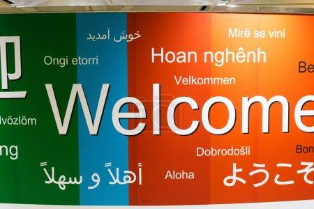 Photo pour Diverses langues d'accueil dans un mur - image libre de droit