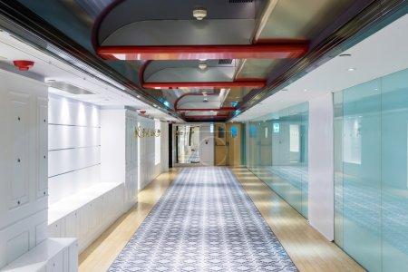 Photo pour Couloir d'immeuble moderne - image libre de droit