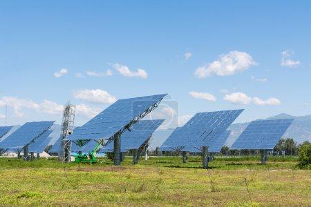 Foto de El panel solar produce energía verde, respetuoso del sol. - Imagen libre de derechos