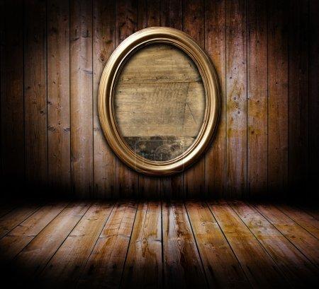 Photo pour Grunge vieux mur avec planches en bois plancher et cadre doré - image libre de droit
