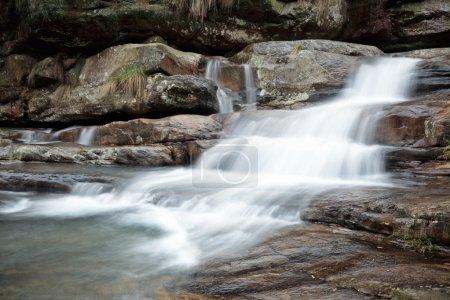 Photo pour Ruisseau coulant sur les rochers au début du printemps - image libre de droit