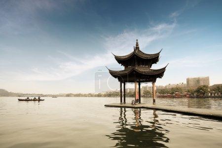 Photo pour Chaudière ombragée sur le lac ouest à hangzhou, Chine - image libre de droit