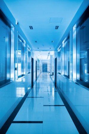 Photo pour Couloir de bureau moderne avec ton bleu - image libre de droit