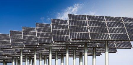 Foto de Muchos paneles de energía solar contra un cielo azul - Imagen libre de derechos