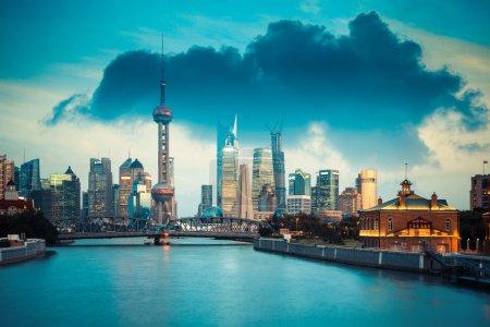 Photo pour Magnifique shanghai au crépuscule, vue de la rivière Suzhou - image libre de droit