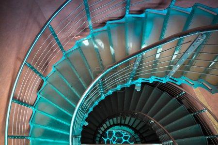 Photo pour Escalier en colimaçon vers le bas dans une tour moderne - image libre de droit