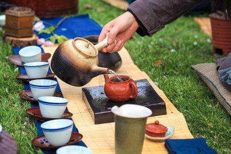Photo pour Gros plan de la cérémonie traditionnelle du thé dans le style asiatique, brassage - image libre de droit