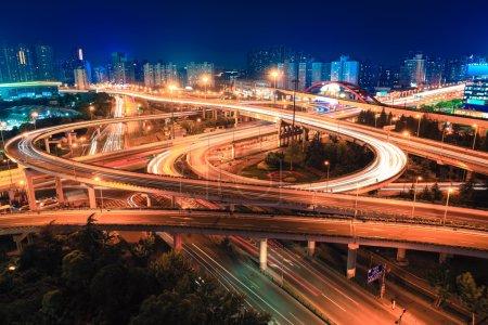 Foto de Autopista de la ciudad moderna paso elevado por la noche - Imagen libre de derechos