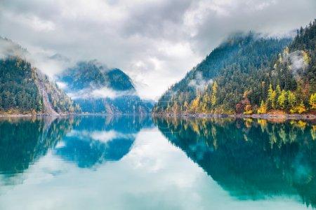 Photo pour Beau lac long à jiuzhaigou, Jiuzhaigou est une réserve naturelle célèbre pour ses lacs colorés situés dans le Tibétain-Qiang, Sichuan, Chine . - image libre de droit