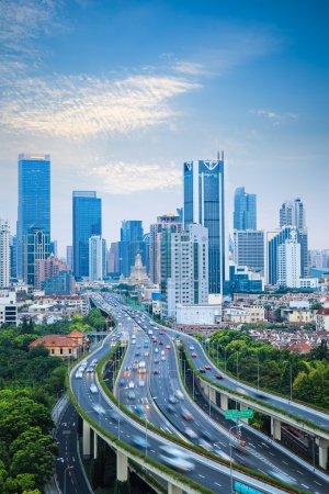 Photo pour Ville moderne élevé fond de la circulation routière dans shangha - image libre de droit